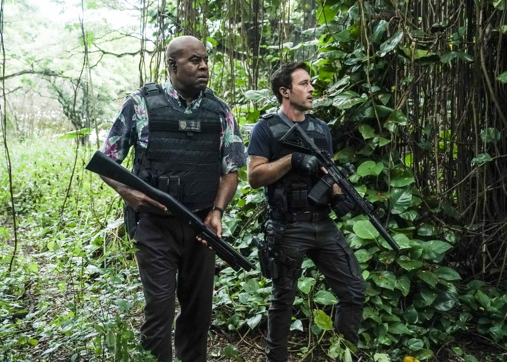 Lou Grover (Chi McBride, l.); Steve McGarrett (Alex O'Loughlin, r.) - Bildquelle: Karen Neal 2019 CBS Broadcasting, Inc. All Rights Reserved. / Karen Neal