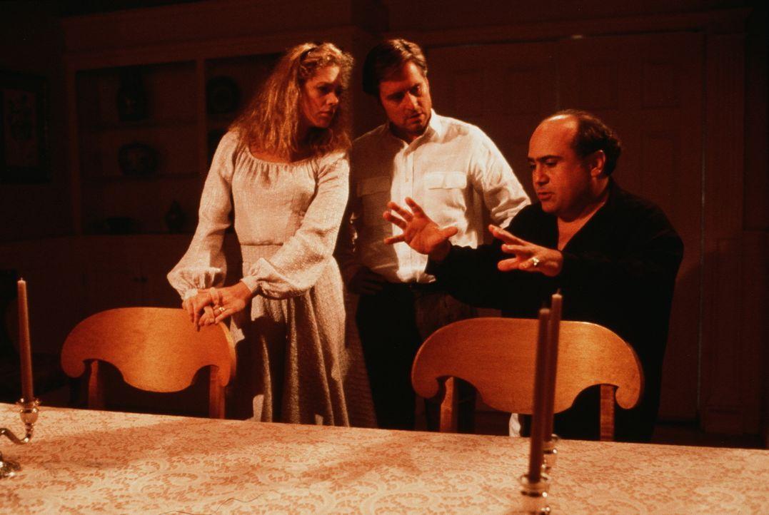 Vergeblich versucht Scheidungsanwalt Gavin (Danny DeVito, r.), zwischen den zerstrittenen Ehepartnern Barbara (Kathleen Turner, l.) und Oliver (Mich... - Bildquelle: 20th Century Fox Film Corporation