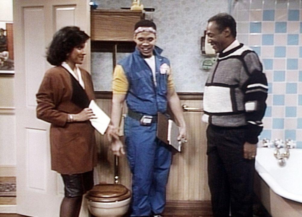 Clair (Phylicia Rashad, l.) ist mit der Arbeit zufrieden, und Ted (Kevin Rock, M.) übergibt Cliff (Bill Cosby, r.) die Rechnung. - Bildquelle: Viacom