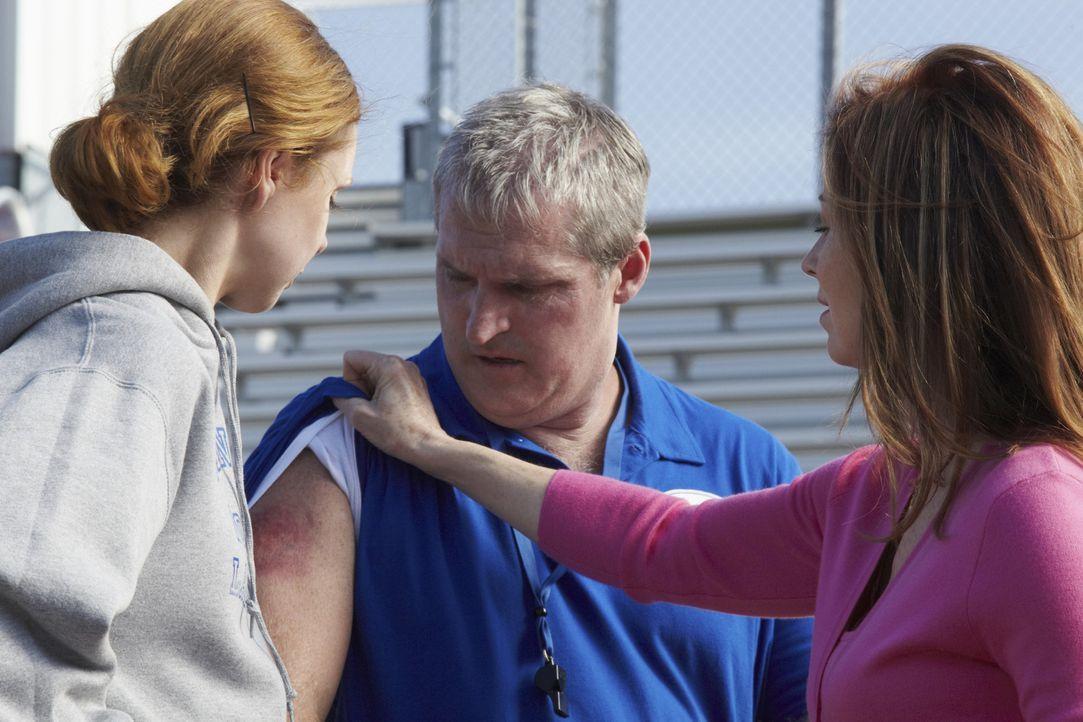 Nachdem herauskam, dass Cop Joe Salerno bereits tot war, als er überfahren wurde, beginnt Dr. Megan Hunt (Dana Delany, r.) mit den Ermittlungen. Do... - Bildquelle: ABC Studios