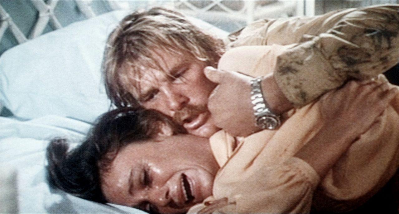 Gail (Jacqueline Bisset, l.) ist zutiefst enttäuscht, dass sich ihre Flitterwochen zu einem wahren Höllentrip entwickelt haben. Ihr Mann David (Ni... - Bildquelle: Columbia Pictures