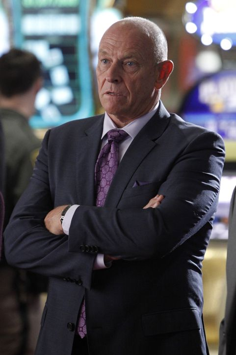 Hat der Casinobesitzer Bob Connelly (Corbin Bernsen) etwas mit dem Überfall auf sein Hotel zu tun? - Bildquelle: Sonja Flemming 2014 CBS Broadcasting, Inc. All Rights Reserved / Sonja Flemming