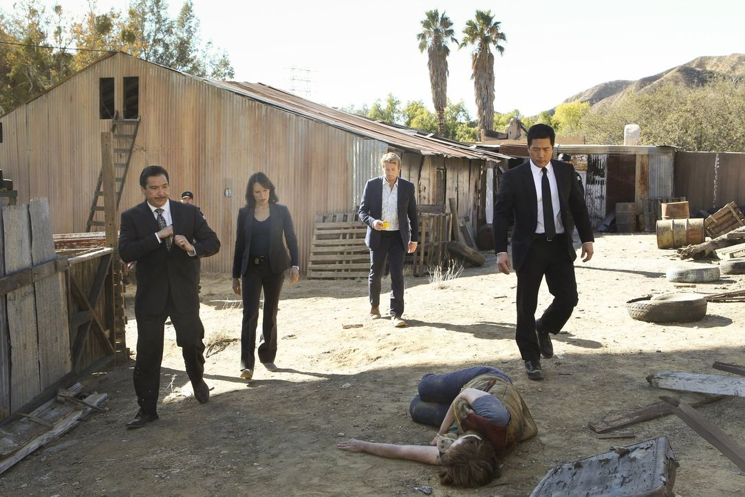 Eilen an den Tatort nach Mexiko, um herauszufinden, wer der Mörder einer amerikanischen Anwältin ist: Kim Fischer (Emily Swallow, 2.v.l.), Patrick J... - Bildquelle: Warner Bros. Television