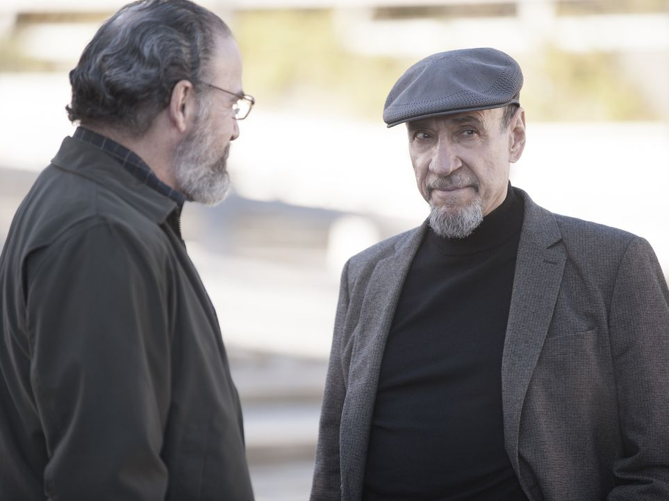 Adal (F. Murray Abraham, r.) sucht Saul (Mandy Patinkin, l.) auf und gibt ihm zu verstehen, dass es eine Möglichkeit zu einer Rückkehr für ihn zur C... - Bildquelle: 2014 Twentieth Century Fox Film Corporation