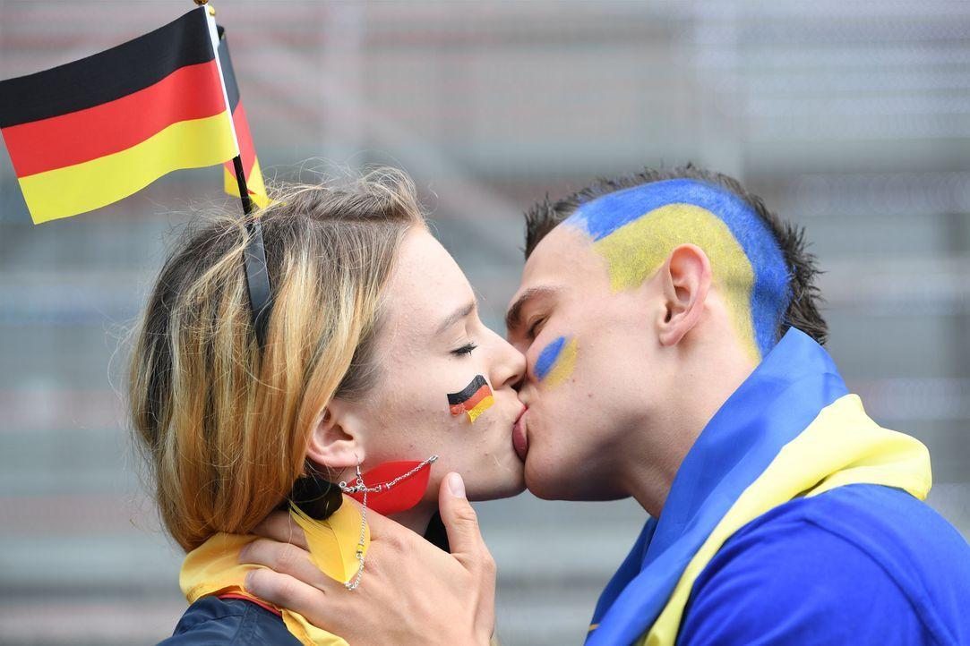 Deutsch_Ukraine_knutschen - Bildquelle: picture alliance / dpa / Arne Dedert