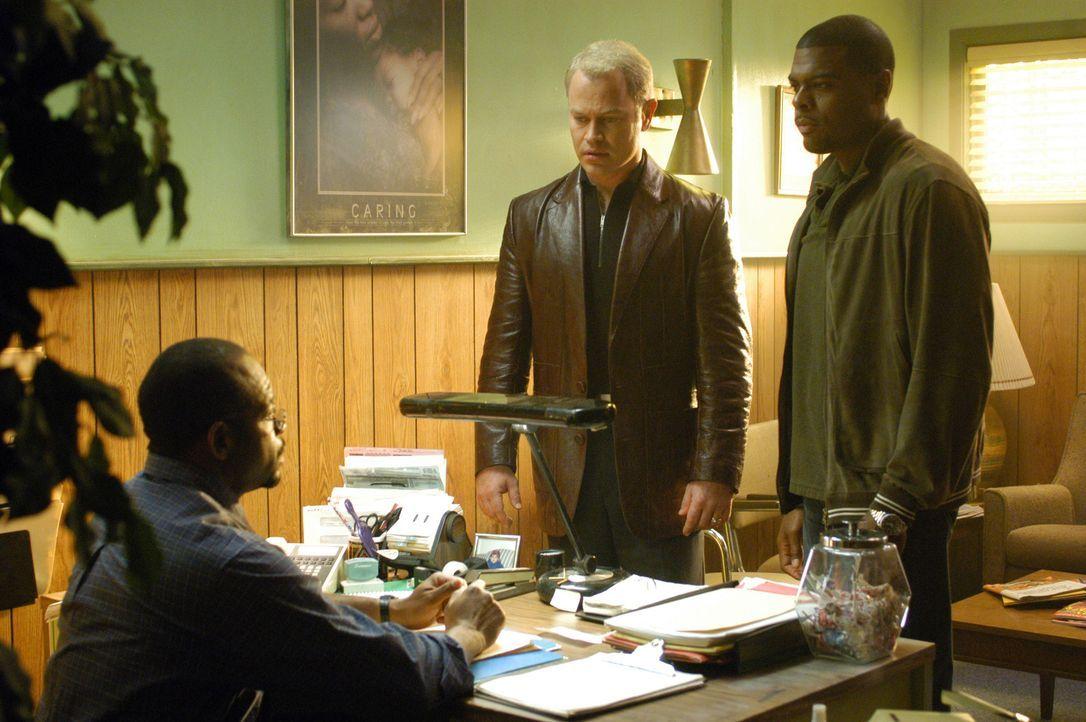 Dr. Stephen Connor (Neal McDonough, M.) und Frank Powell (Troy Winbush, r.) hoffen bei Mr. Ndulu ( John Wesley, l.), einem afrikanischen Metzger, au... - Bildquelle: CBS Television