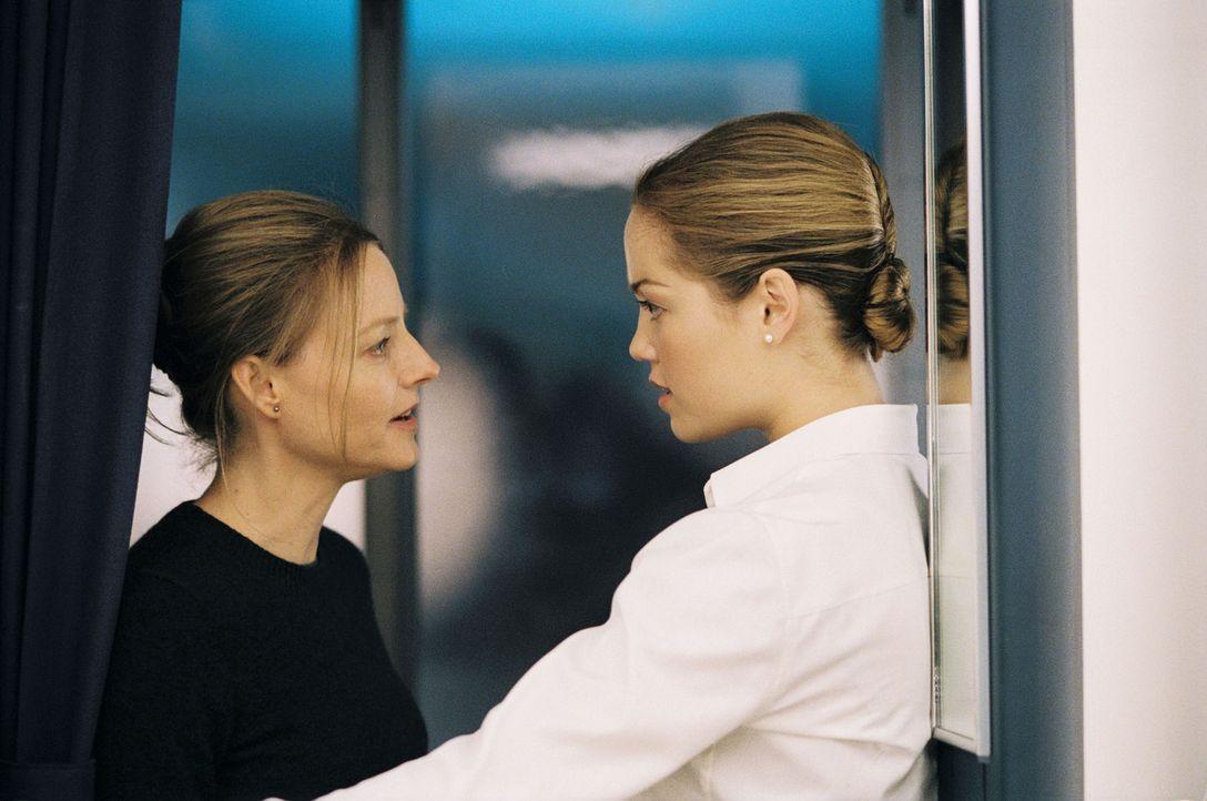 Niemand schenkt Kyle (Jodie Foster, l.) Glauben, denn die Stewardess Fiona (Erika Christensen, r.) kann nachweisen, dass sich die kleine Julia nicht... - Bildquelle: Touchstone Pictures.  All rights reserved