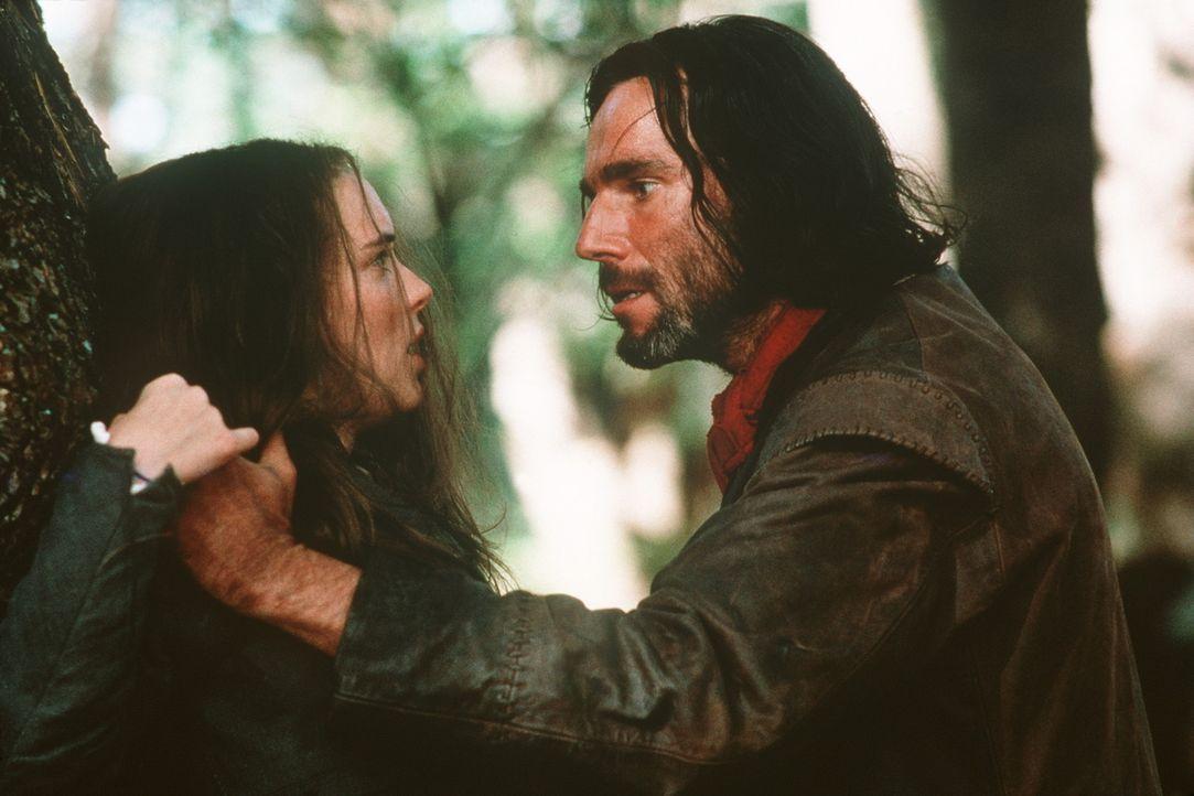 Aus Rache hat Abigail (Winona Ryder, l.) John Proctor (Daniel Day-Lewis, r.) als Hexenmeister bezichtigt, der sie und andere Frauen dem Teufel versc... - Bildquelle: 20th Century Fox Film Corporation