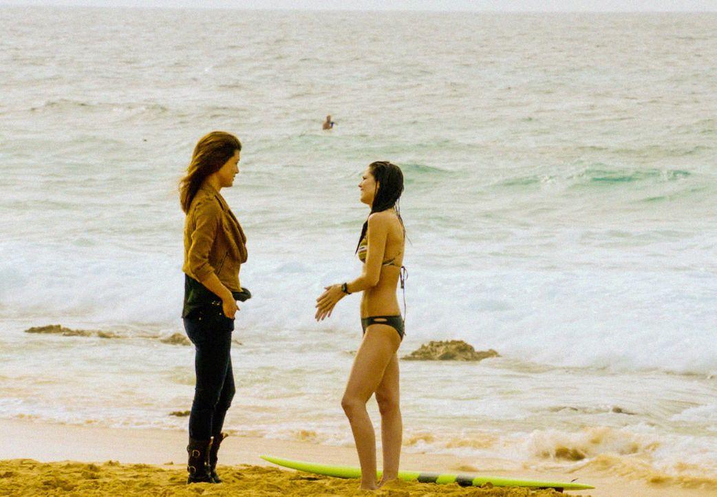 Kono (Grace Park, l.) bemerkt, dass ihr Freund Adam ein Geheimnis hat. Mit Catherines (Michelle Borth, r.) Hilfe will sie herausfinden, was dahinter... - Bildquelle: 2013 CBS Broadcasting, Inc. All Rights Reserved.