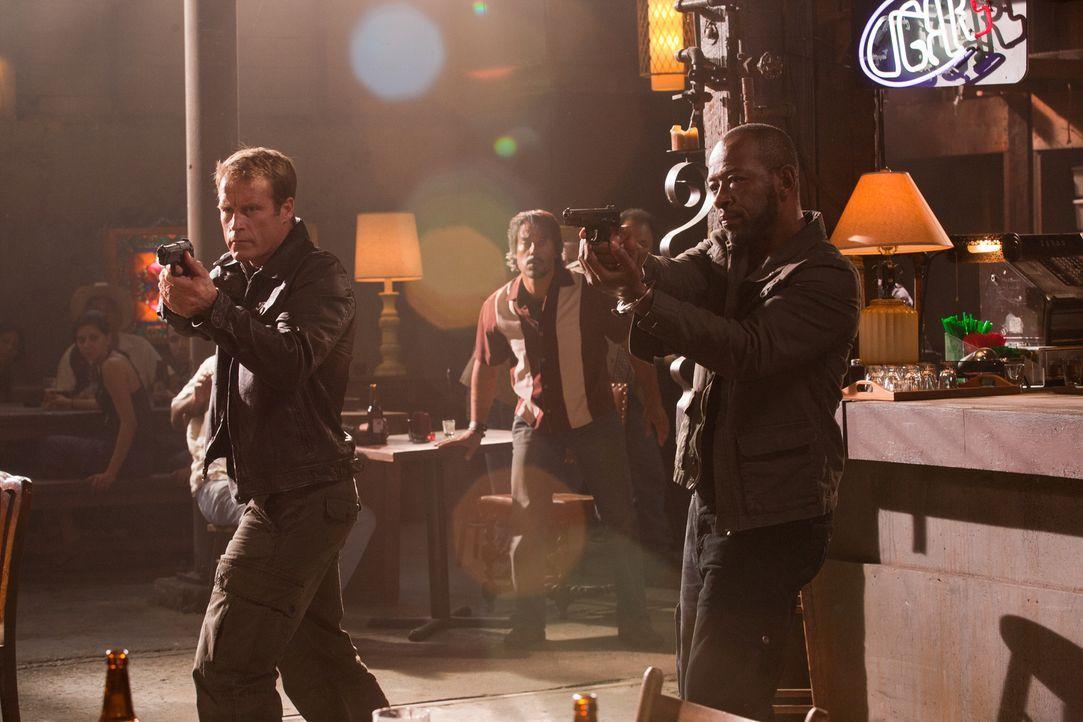 In einer Bar in Südafrika droht die gemeinsame Mission zu kippen: Chance (Mark Valley, l.) und Babtiste (Lennie James, r.) ... - Bildquelle: 2011  Warner Bros.