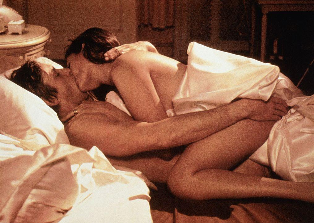 Leidenschaftliche Wildgänse: Haddad (Scott Glenn, unten) und Kathy (Barbara Carrera, oben) haben sich ineinander verliebt ... - Bildquelle: Universal Pictures