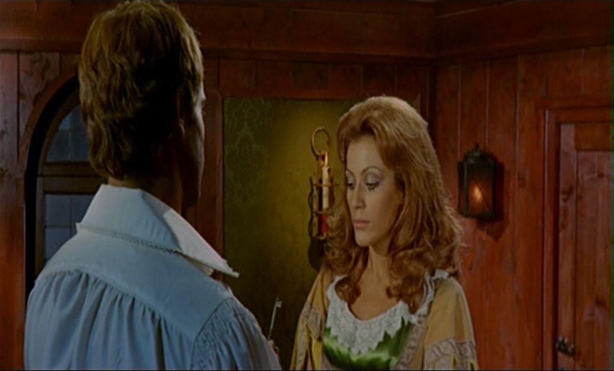 Wird Kapitän Blacky (Terence Hill, l.) dahinterkommen, dass die schöne Isabel (Silvia Monti, r.), die er zusammen mit ihrer Hofdame von einem verbün... - Bildquelle: ACB Cinematografica und Capricornio Transcontinental Pictures