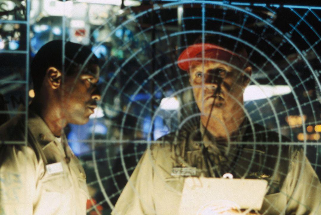 Über Funk trifft der Befehl zum atomaren Präventivschlag ein. Da erhalten Hunter (Denzel Washington, l.) und Ramsey (Gene Hackman, r.) einen weite... - Bildquelle: Buena Vista Pictures