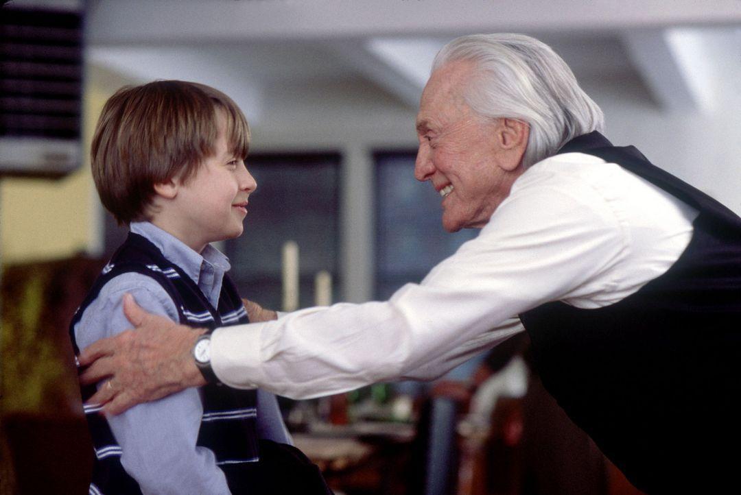 Die New Yorker Familie Gromberg lebt mit drei Generationen in einem Haus. Der achtzigjährige Großvater und Jurist Mitchell (Kirk Douglas, r.) ist... - Bildquelle: Buena Vista International