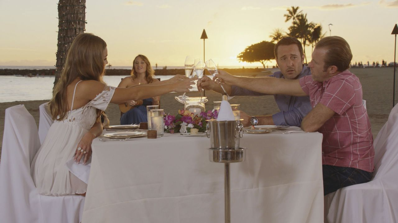 Ein romantischer Valentinstag wartet auf die Verliebten: Steve (Alex O'Loughlin, 2.v.r.) und Lynn (Sarah Carter, 2.v.l.) und Danny (Scott Caan, r.)... - Bildquelle: Norman Shapiro 2016 CBS Broadcasting, Inc. All Rights Reserved / Norman Shapiro