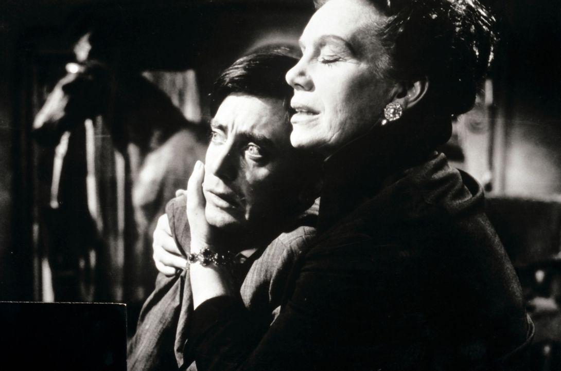 Als der Tod ins Schloss Einzug hält, klammert sich die Witwe Lebanon (Elisabeth Flickenschildt, r.) an ihren neurotischen Sohn (Hans Clarin, l.) ... - Bildquelle: Constantin Film