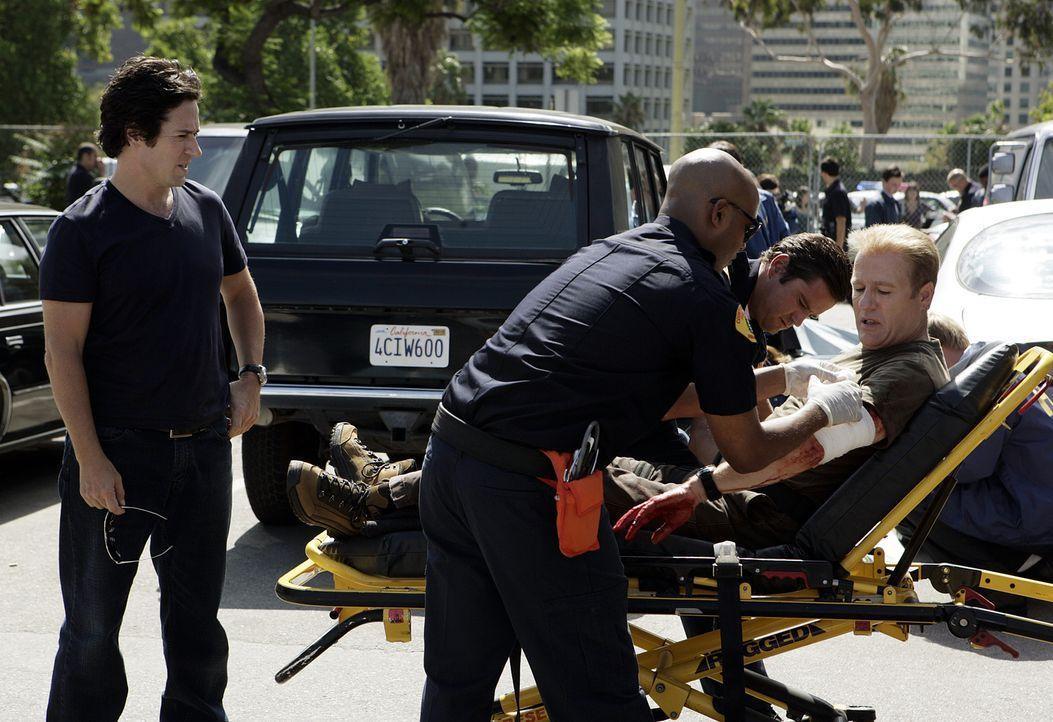 Da einer der getöteten FBI Agenten undercover gegen Peter Fox (Gregg Henry, r.) wegen Hinterziehung ermittelt hatte und Charlies Simulation immer me... - Bildquelle: Paramount Network Television