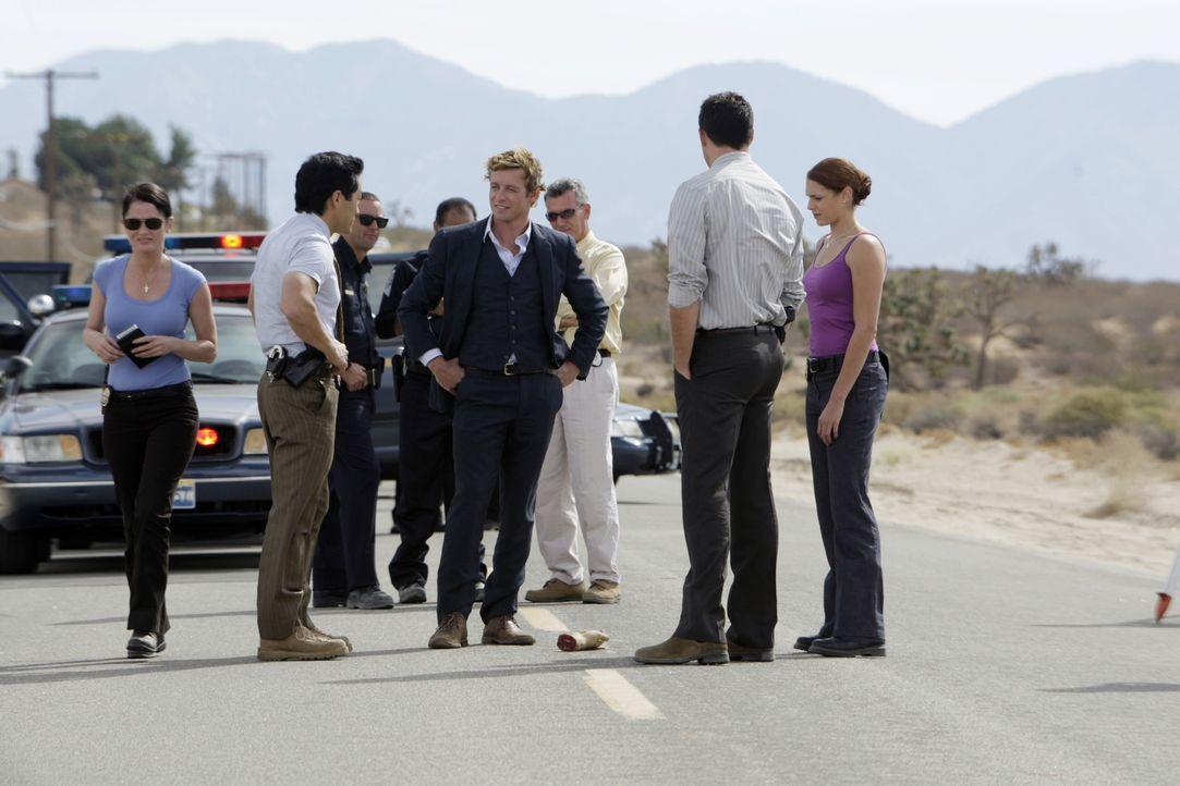 Auf einer Landstraße wird eine abgetrennte Hand gefunden. Patrick Jane (Simon Baker, M.) und seine Kollegen übernehmen den Fall und machen sich auf... - Bildquelle: Warner Bros. Television