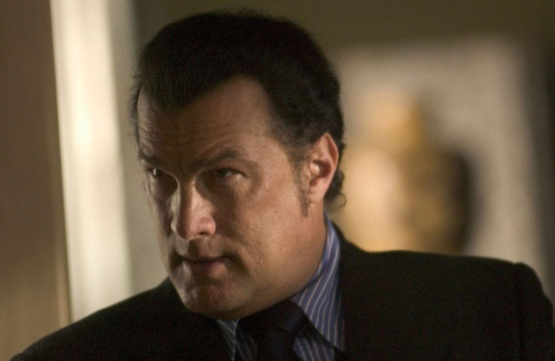 Ex-Undercoveragent Jonathan Cold (Steven Seagal) steht vor einer schwierigen Entscheidung ... - Bildquelle: Copyright   2005 Crab Trap Productions. All Rights Reserved.