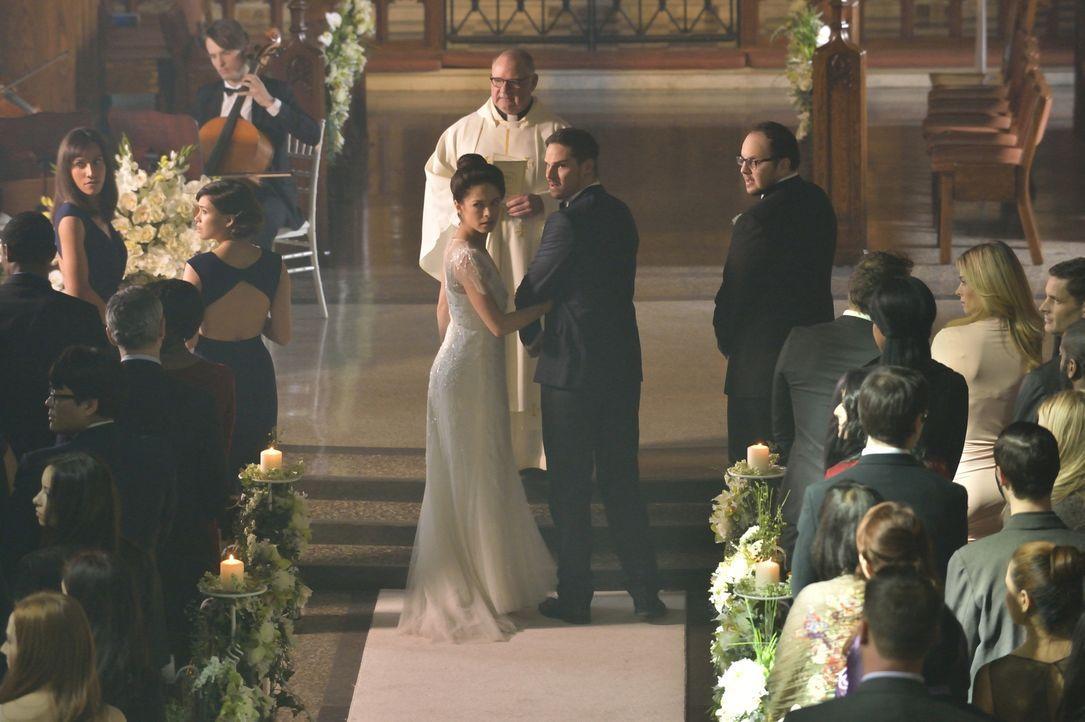 Was ist bei der Hochzeit los? Catherine (Kristin Kreuk, l.) und Vincent (Jay Ryan) können nicht wiederstehen, dem verdächtigen Verhalten der anwesen... - Bildquelle: Ben Mark Holzberg 2015 The CW Network, LLC. All rights reserved.