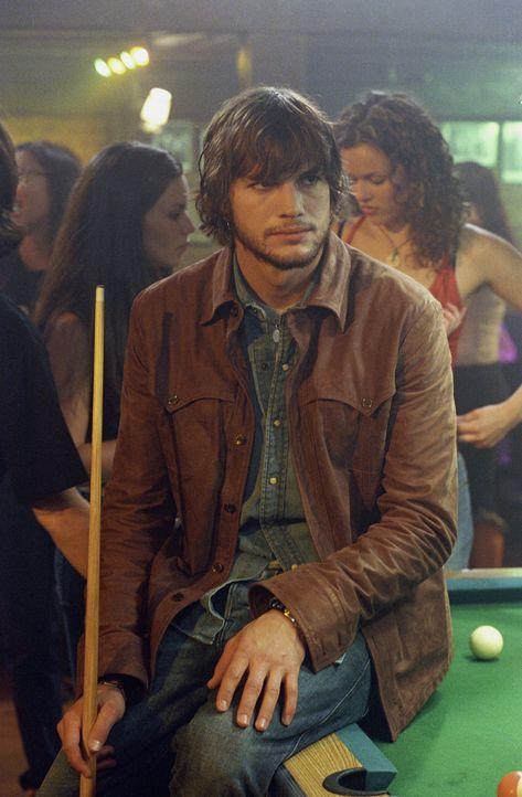 Nachdem sich seine Jugendfreundin umgebracht hat, nimmt sich Evan (Ashton Kutcher) seine Tagebücher noch einmal vor  - und startet ein überaus gewag... - Bildquelle: Warner Brothers