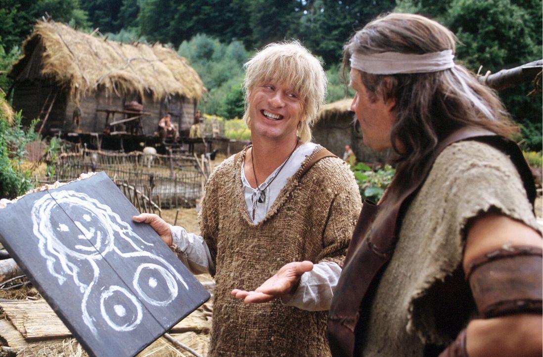 Im Wald ist Siegfried (Tom Gerhardt, l.) zufällig der schönen Kriemhild begegnet und er hat sich sofort in sie Verliebt. Er zeichnet sofort ein Bi... - Bildquelle: Constantin Film