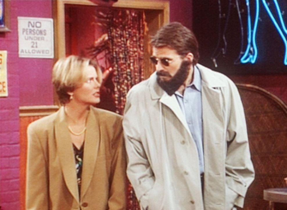 Marcy (Amanda Bearse, l.) zwingt Jefferson (Ted McGinley, r.), sie in die Striptease-Bar zu begleiten. - Bildquelle: Columbia Pictures