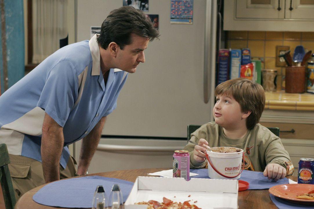 Charlie (Charlie Sheen, l.) hat Großes mit Jake (Angus T. Jones, r.) vor ... - Bildquelle: Warner Brothers Entertainment Inc.