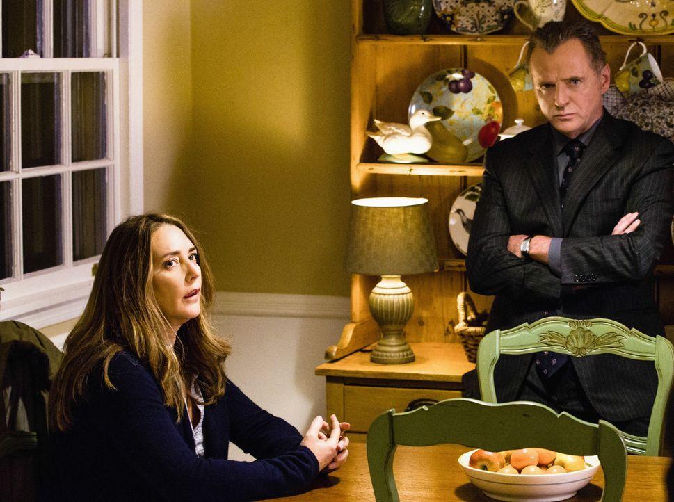 Bei Captain Gregson (Aidan Quinn, r.) und seiner Frau (Talia Balsam, l.) wurde eingebrochen. Das Team um Sherlock Holmes versucht alles, um den Täte... - Bildquelle: CBS Television