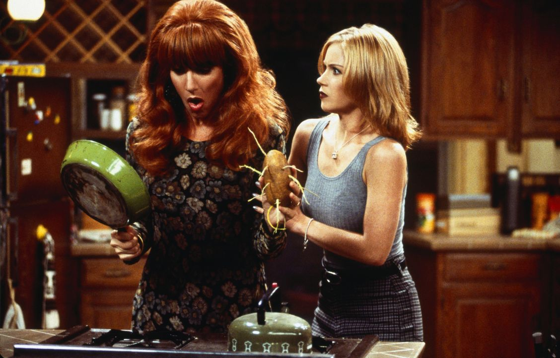 Der Apfel fällt nicht weit vom Stamm: Peggy Bundy (Katex Sagal, l.) und ihre Tochter Kelly (Christina Applegate, r.) haben beide in der Küche überha... - Bildquelle: 1996, 1997 ELP Communications. All Rights Reserved.