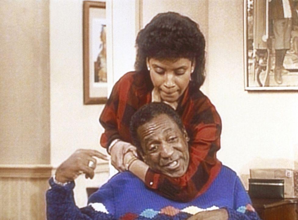 Clair (Phylicia Rashad, oben) hat Cliff (Bill Cosby, unten) im Schwitzkasten, weil er sich nicht an Details aus der Zeit ihres Kennenlernens erinner... - Bildquelle: Viacom