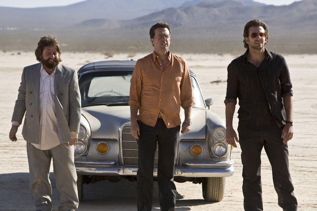 Dough, Phil (Bradley Cooper, r.), Stu (Ed Helms, M.) und Alan (Zach Galifianakis, l.) machen sich auf nach Las Vegas. Es soll ein rauschender Jungge... - Bildquelle: Warner Brothers