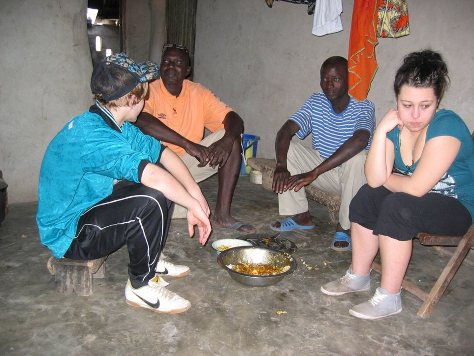 An die Essgewohnheiten der Einheimischen müssen sich die 17-jährige Jessika (r.) und der 15-jährige Basti (l.) erst noch gewöhnen ... - Bildquelle: kabel eins