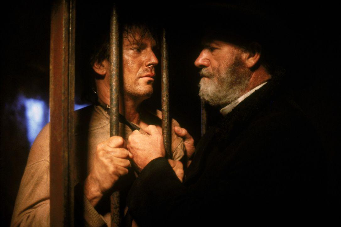 Nicholas Earp (Gene Hackman, r.) stattet seinem Sohn Wyatt (Kevin Costner, l.) einen Besuch im Gefängnis ab und - Bildquelle: Warner Bros.
