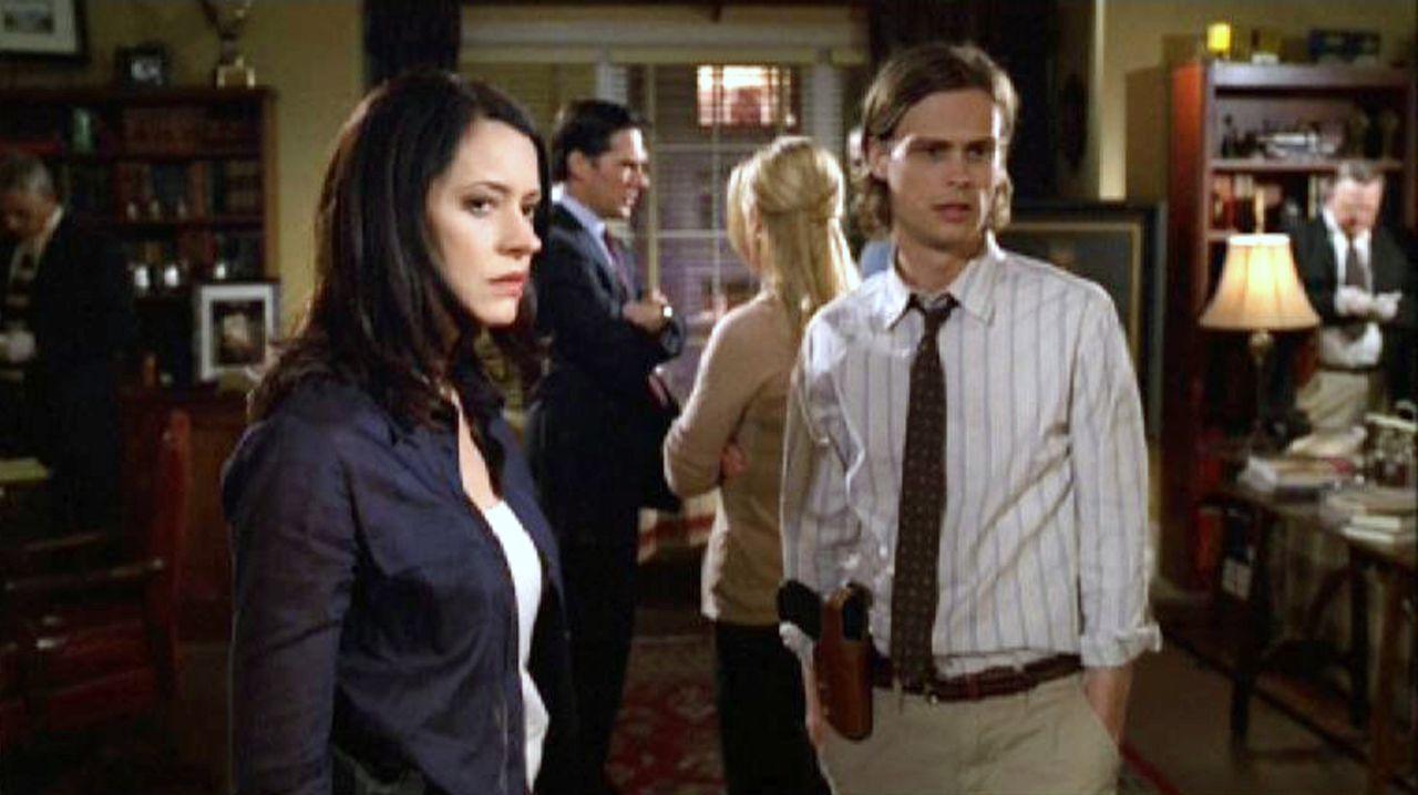 Nach dem Mord in Gideons Appartement nehmen Dr. Spencer Reid (Matthew Gray Gubler, r.) und Emily Prentiss (Paget Brewster, l.) die Ermittlungen auf... - Bildquelle: Touchstone Television