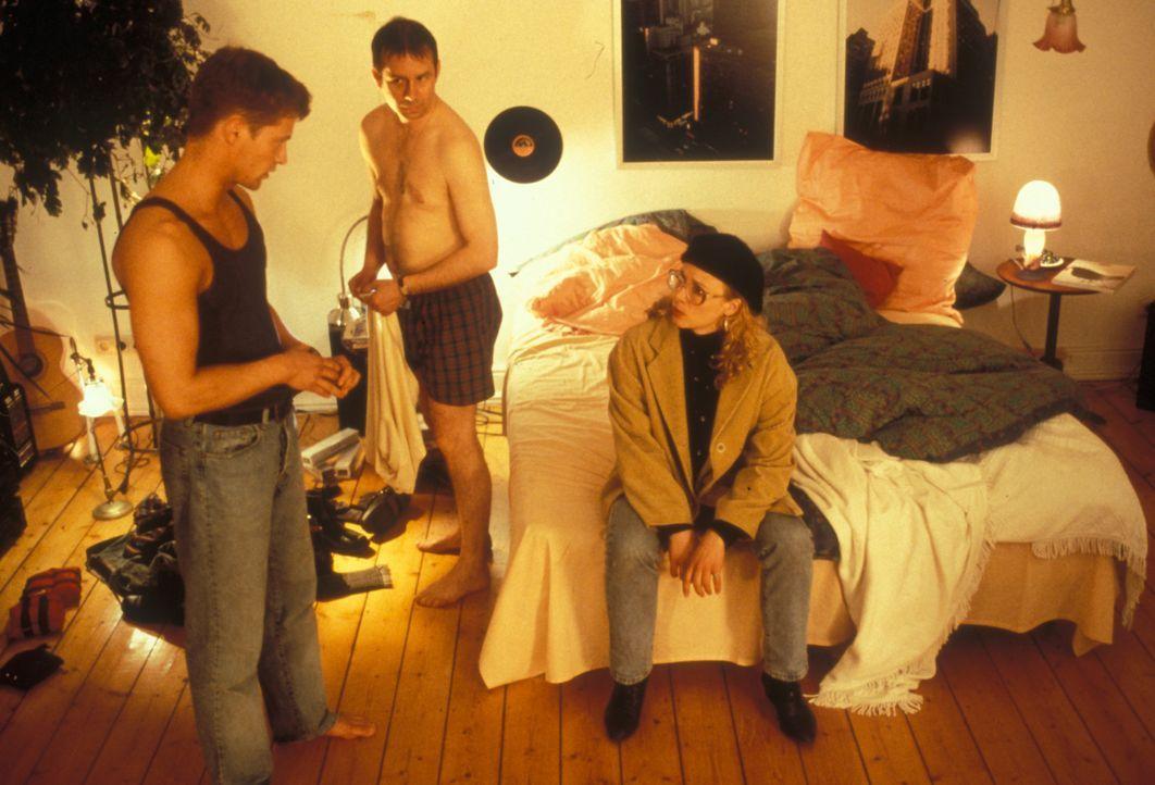 Doro (Katja Riemann, r.) sucht Axel (Til Schweiger, l.) in der Kölner Schwulenszene und entdeckt ihn schließlich in einer eindeutigen Situation mit... - Bildquelle: Constantin Film
