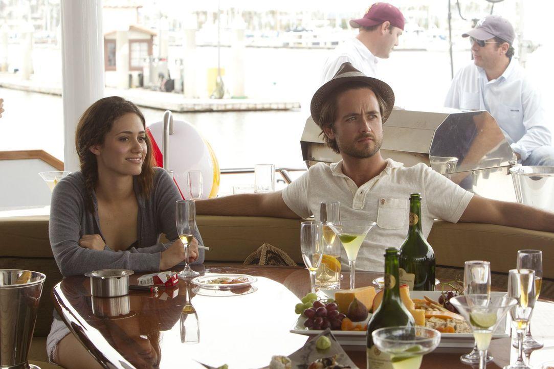 Unwissend sagt Fiona (Emmy Rossum, l.) einem Bootsausflug zu. Doch dann taucht Steve (Justin Chatwin, r.) mit seiner neuen Freundin Estefania auf ... - Bildquelle: 2010 Warner Brothers
