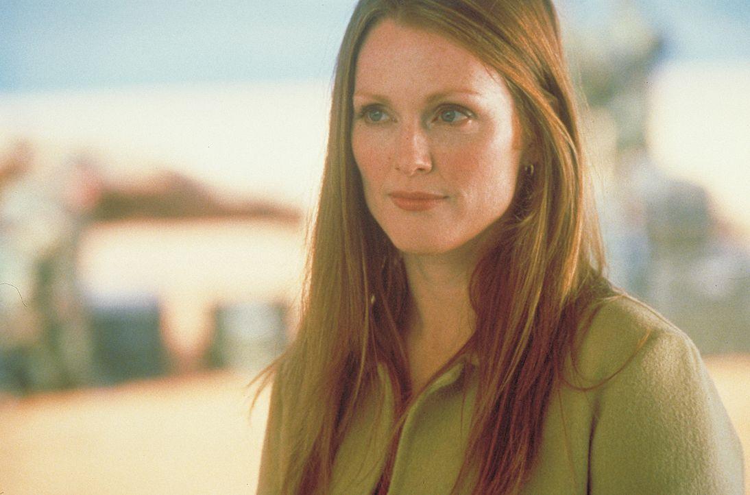 Die tollpatschige Wissenschaftlerin Allison (Julianne Moore) kann mit der Evolution der Außerirdischen kaum Schritt halten ... - Bildquelle: 2003 Sony Pictures Television International