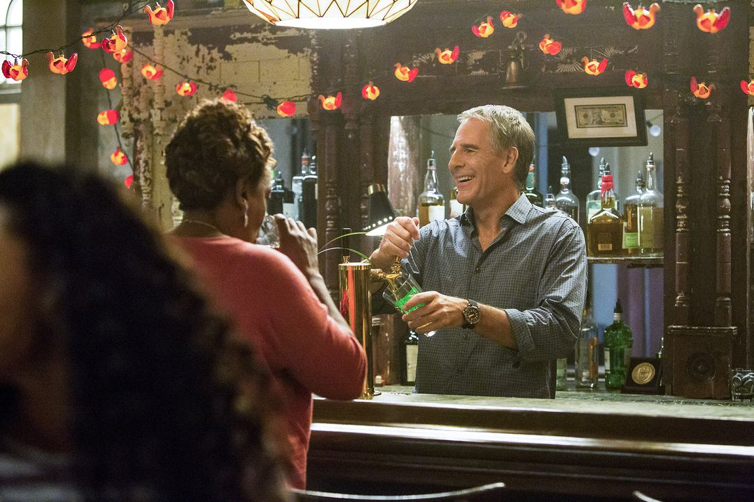 Verbringen Thanksgiving zusammen in Prides Bar: Wade (CCH Pounder, r.), Pride (Scott Bakula, r.) und das restliche Team ... - Bildquelle: Skip Bolen 2015 CBS Broadcasting, Inc. All Rights Reserved