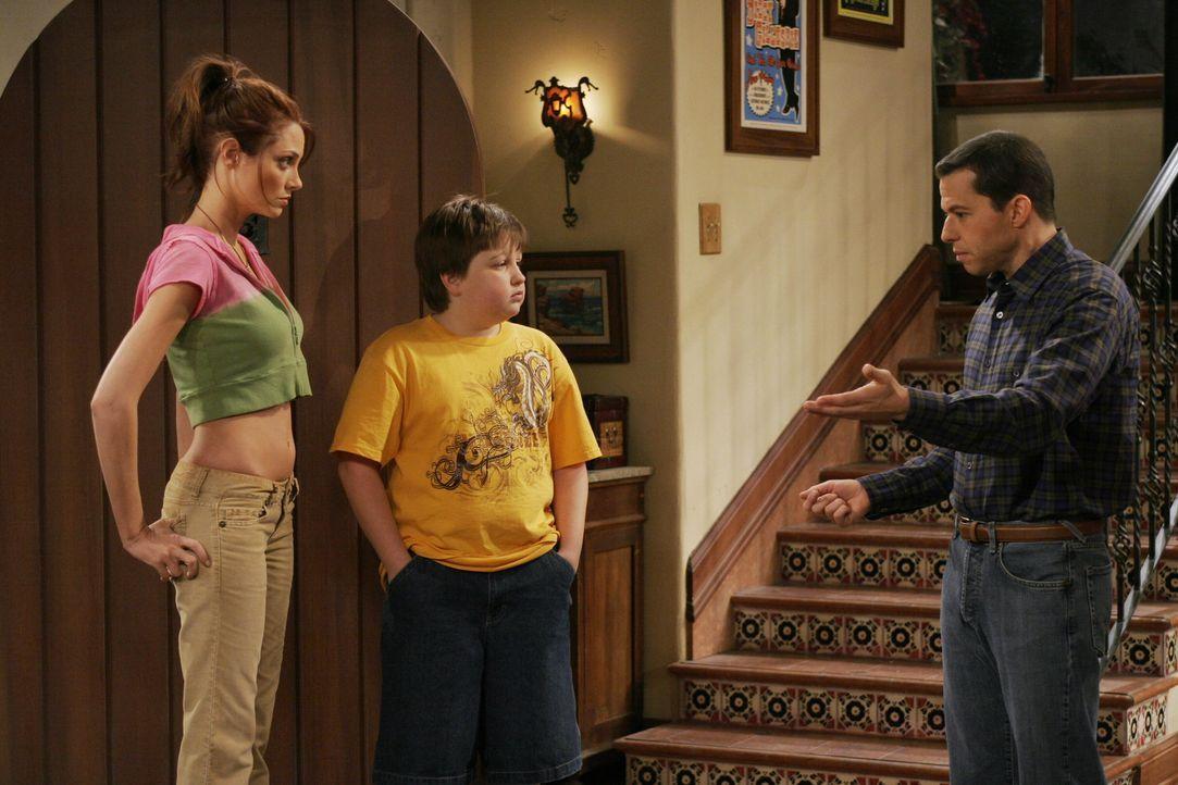 Kurz vor Jakes (Angus T. Jones, M.) zwölftem Geburtstag meldet sich Alans (Jon Cryer, r.) neue Freundin wieder bei ihm. Die sexhungrige Kandi (Apri... - Bildquelle: Warner Brothers Entertainment Inc.