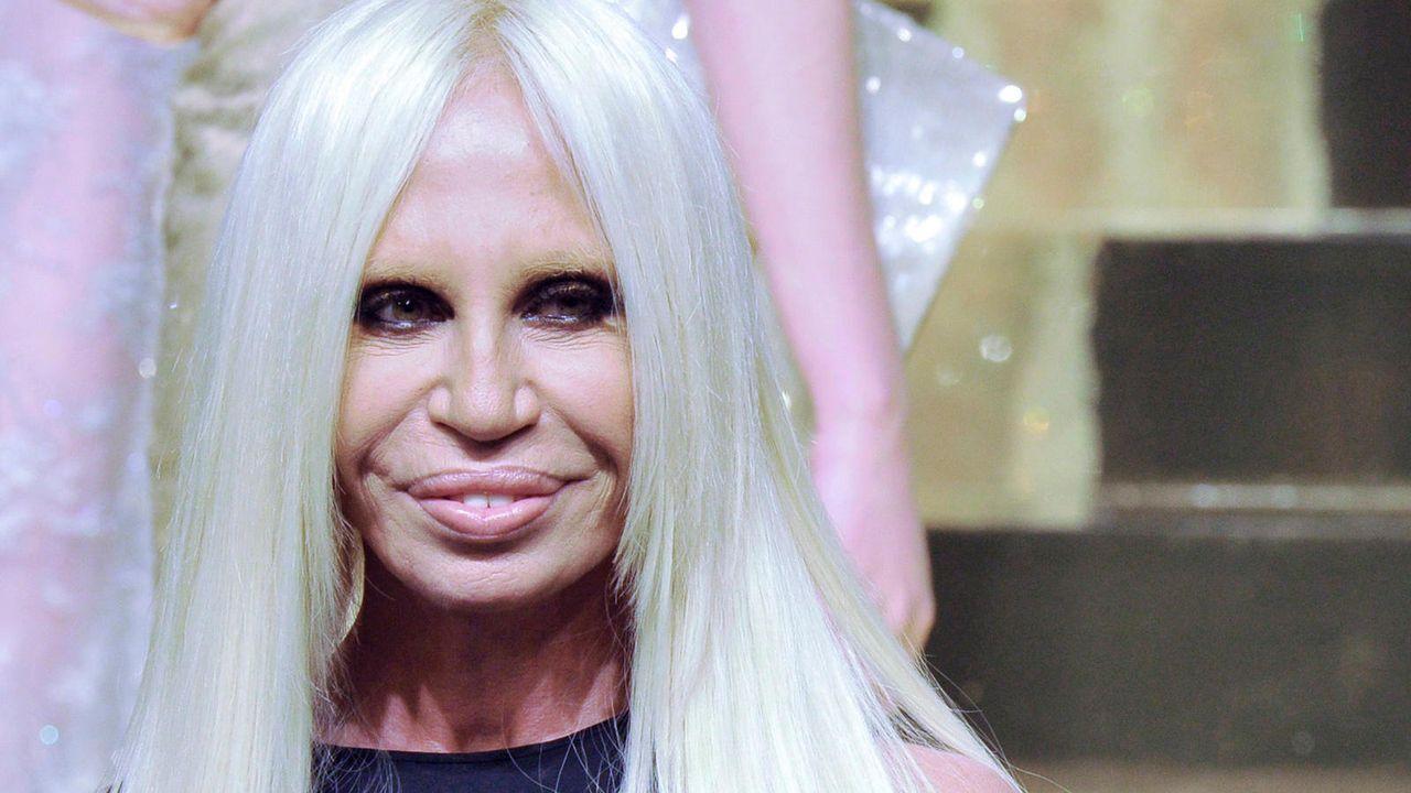 Donatella Versace auf dem Catwalk im Januar 2012  - Bildquelle: dpa