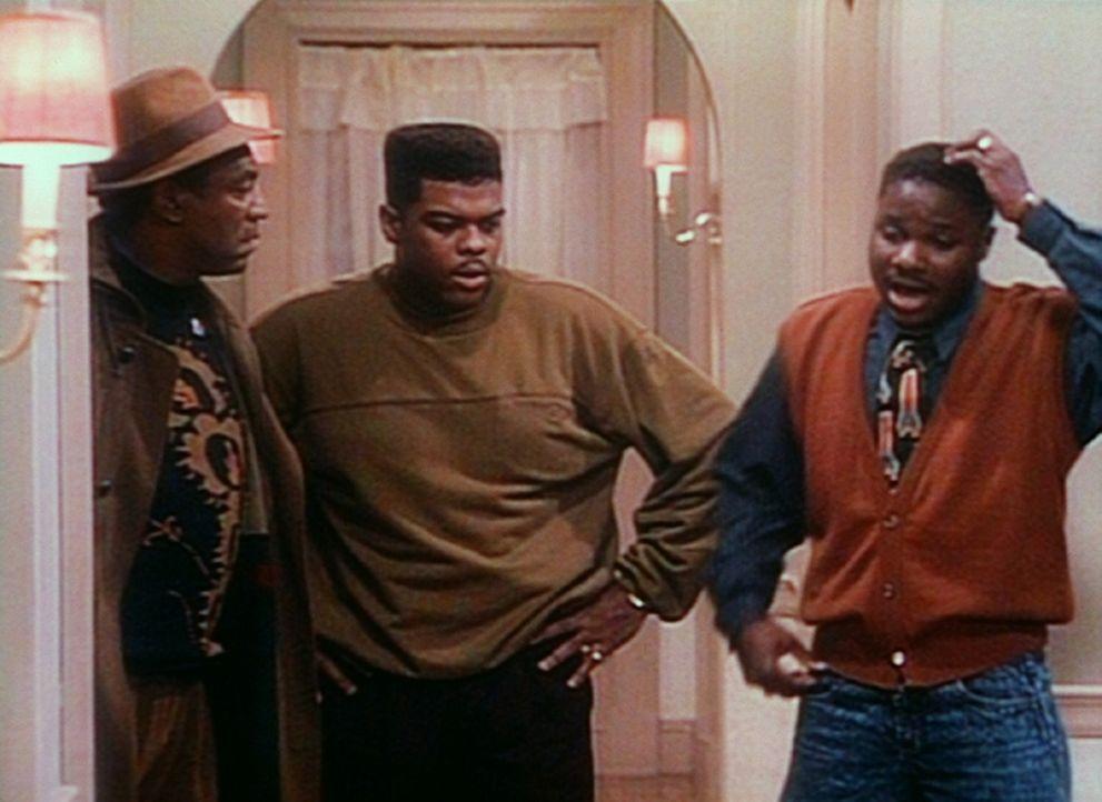Theo (Malcolm-Jamal Warner, r.) muss sich anstrengen, um seinen Freund Denny (Troy Winbush, M.) und seinen Vater Cliff (Bill Cosby, l.) von Ellens S... - Bildquelle: Viacom