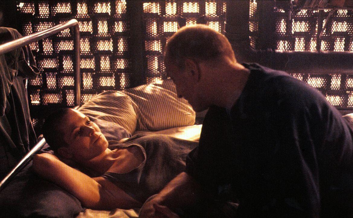 Nur einer begegnet Ellen Ripley (Sigourney Weaver, l.) ohne Ablehnung: der einfühlsame Mediziner Clemens (Charles Dance, r.) ... - Bildquelle: 20th Century Fox of Germany