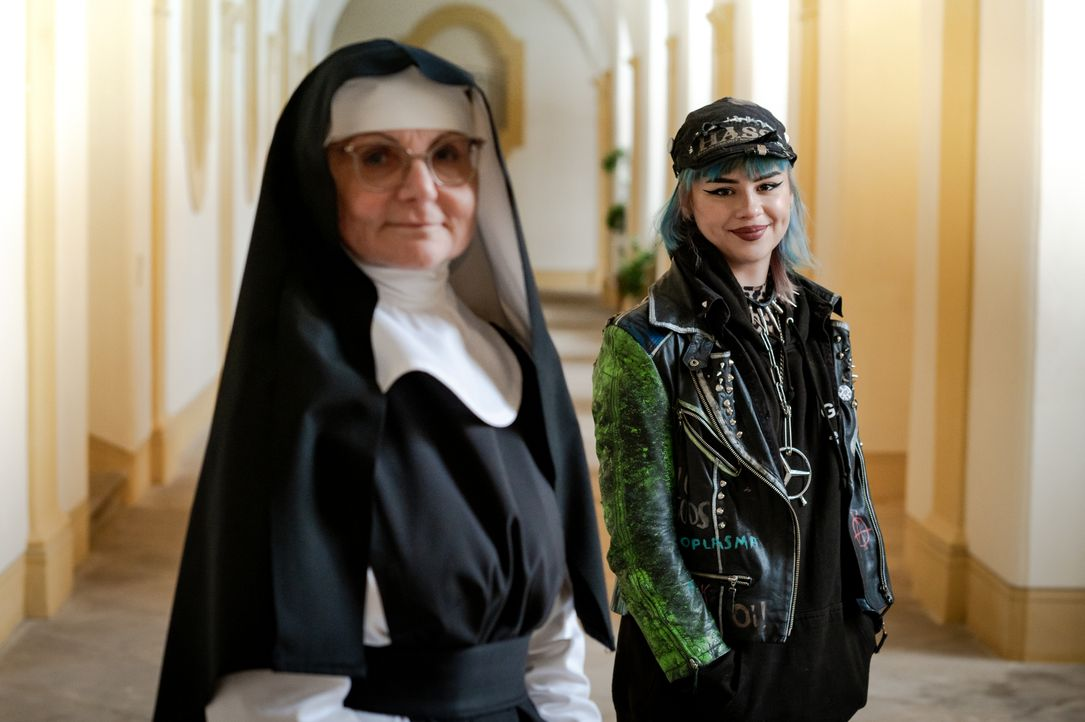 Schwester Maria, l.; Sarah, r. - Bildquelle: Claudius Pflug Kabel Eins / Claudius Pflug