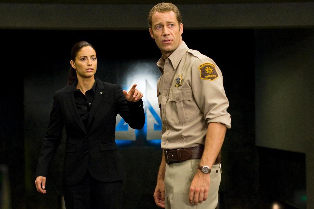 Ein Blick in die Zukunft: Carter (Colin Ferguson, r.) und Deputy Jo (Erica Cerra, l.) ... - Bildquelle: Universal Television