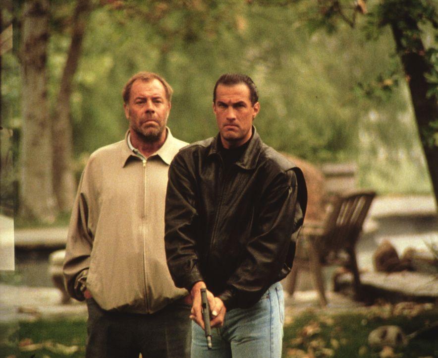 Nach und nach begreift Mason (Steven Seagal , r.), dass er seinen korrupten Kollegen bei der Polizei nicht vertrauen kann. Doch diese Lektion bezahl... - Bildquelle: Warner Bros.