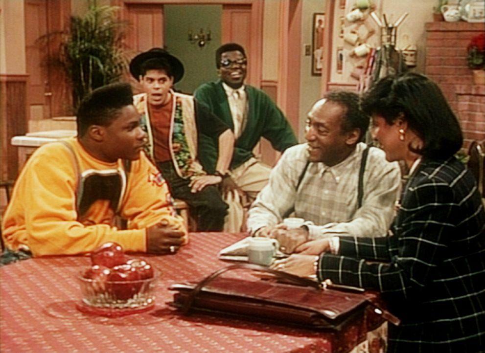 Clair (Phylicia Rashad, r.) und Cliff (Bill Cosby, 2.v.r.) bewilligen nur unter der Voraussetzung die Ägyptenreise, dass Theo (Malcolm-Jamal Warner... - Bildquelle: Viacom