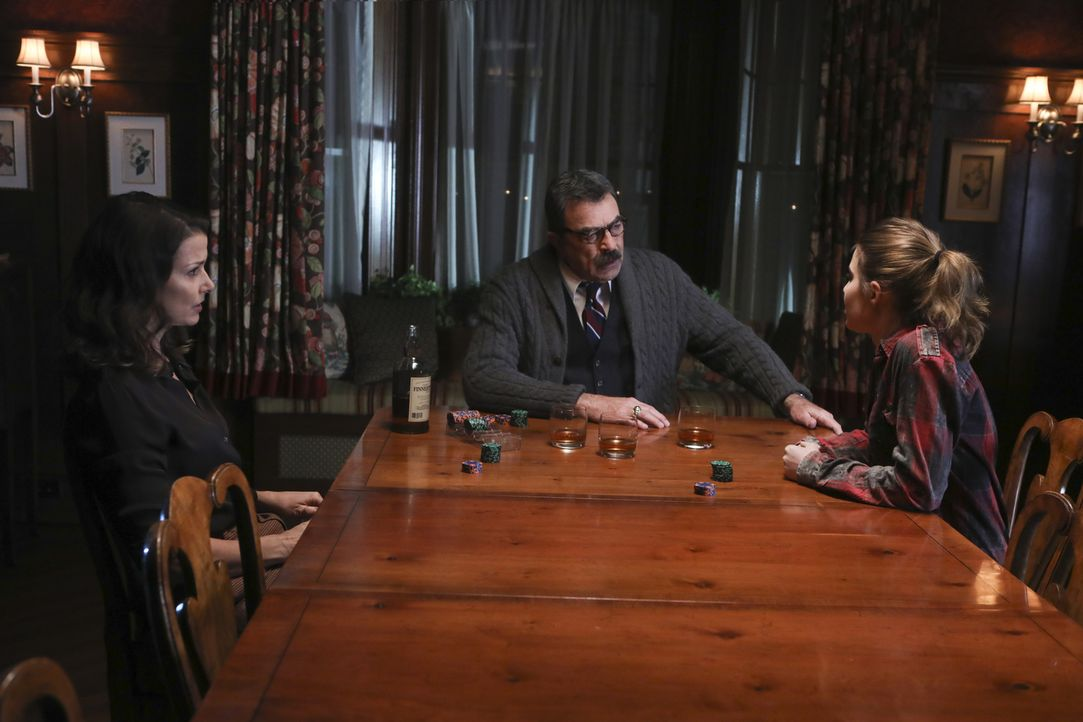 (v.l.n.r.) Erin Reagan (Bridget Moynahan); Frank Reagan (Tom Selleck); Nicky Reagan-Boyle (Sami Gayle) - Bildquelle: Craig Blankenhorn 2017 CBS Broadcasting Inc. All Rights Reserved.