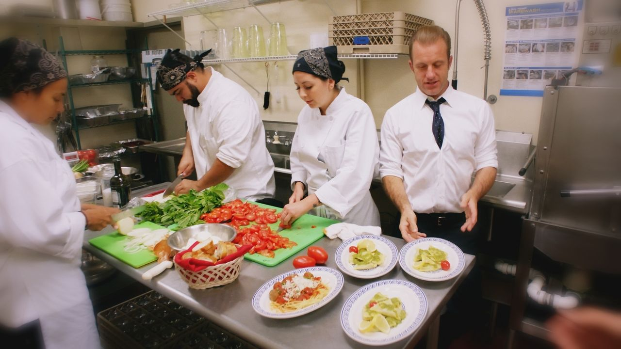 Stellt sich im Koma vor, nach seiner Pensionierung zusammen mit McGarrett ein erfolgreiches Restaurant zu führen: Danny (Scott Caan, r.) ... - Bildquelle: 2017 CBS Broadcasting Inc. All Rights Reserved.