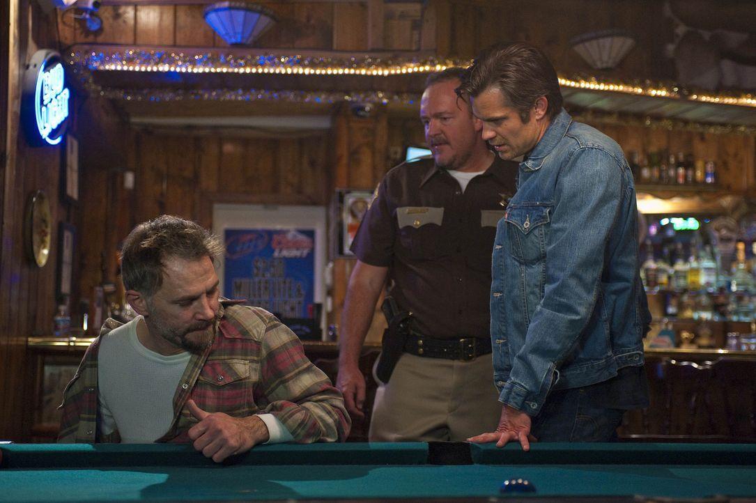Sheriff Hunter Mosley (Brent Sexton, M.) ist fest davon überzeugt, dass Johnny Crowder (David Meunier, l.) etwas mit dem Attentat auf Ava zu tun ha... - Bildquelle: 2010 Sony Pictures Television Inc. and Bluebush Productions, LLC. All Rights Reserved.